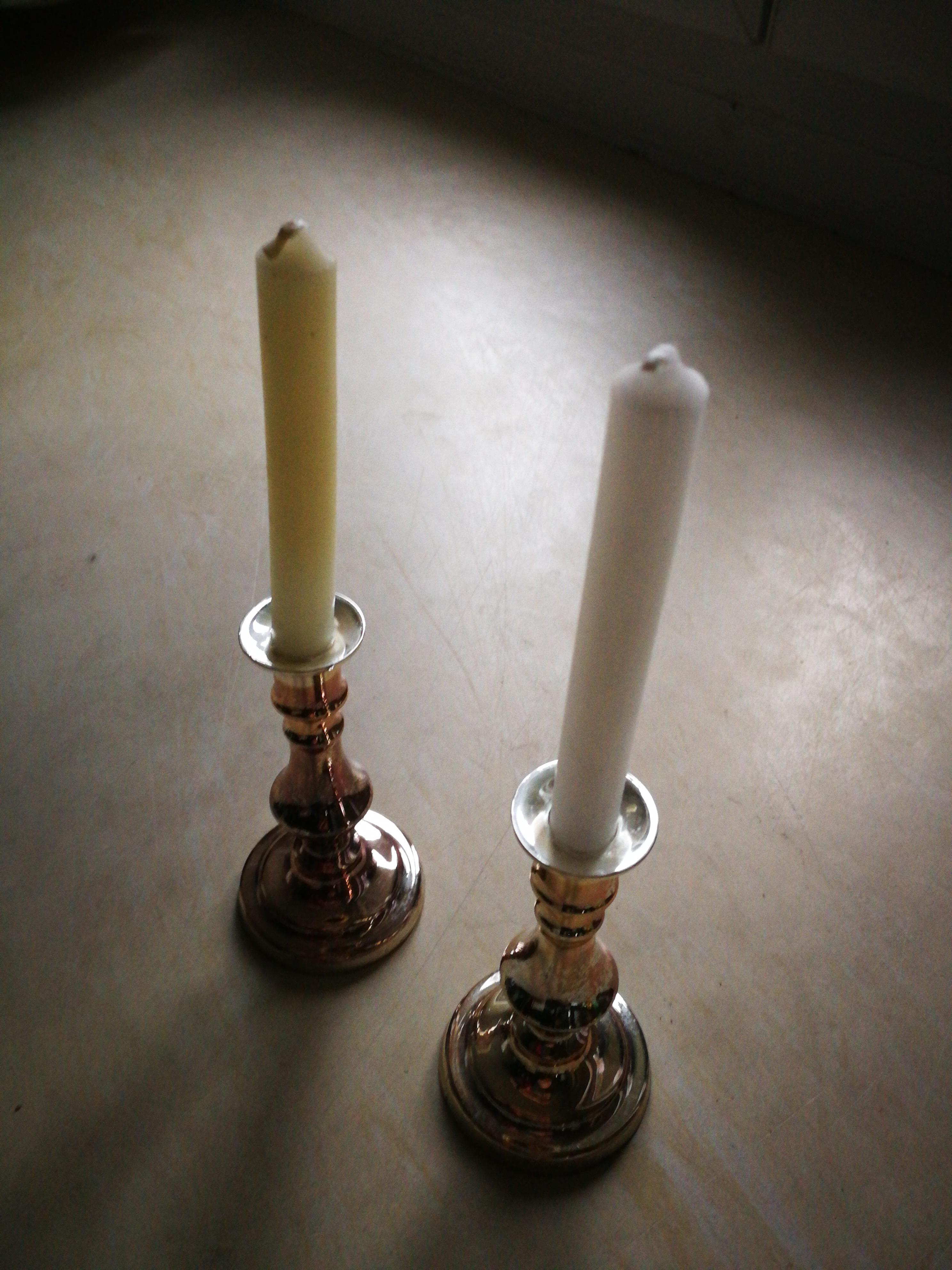 Kerzenhalter mit Kerzen tauschen