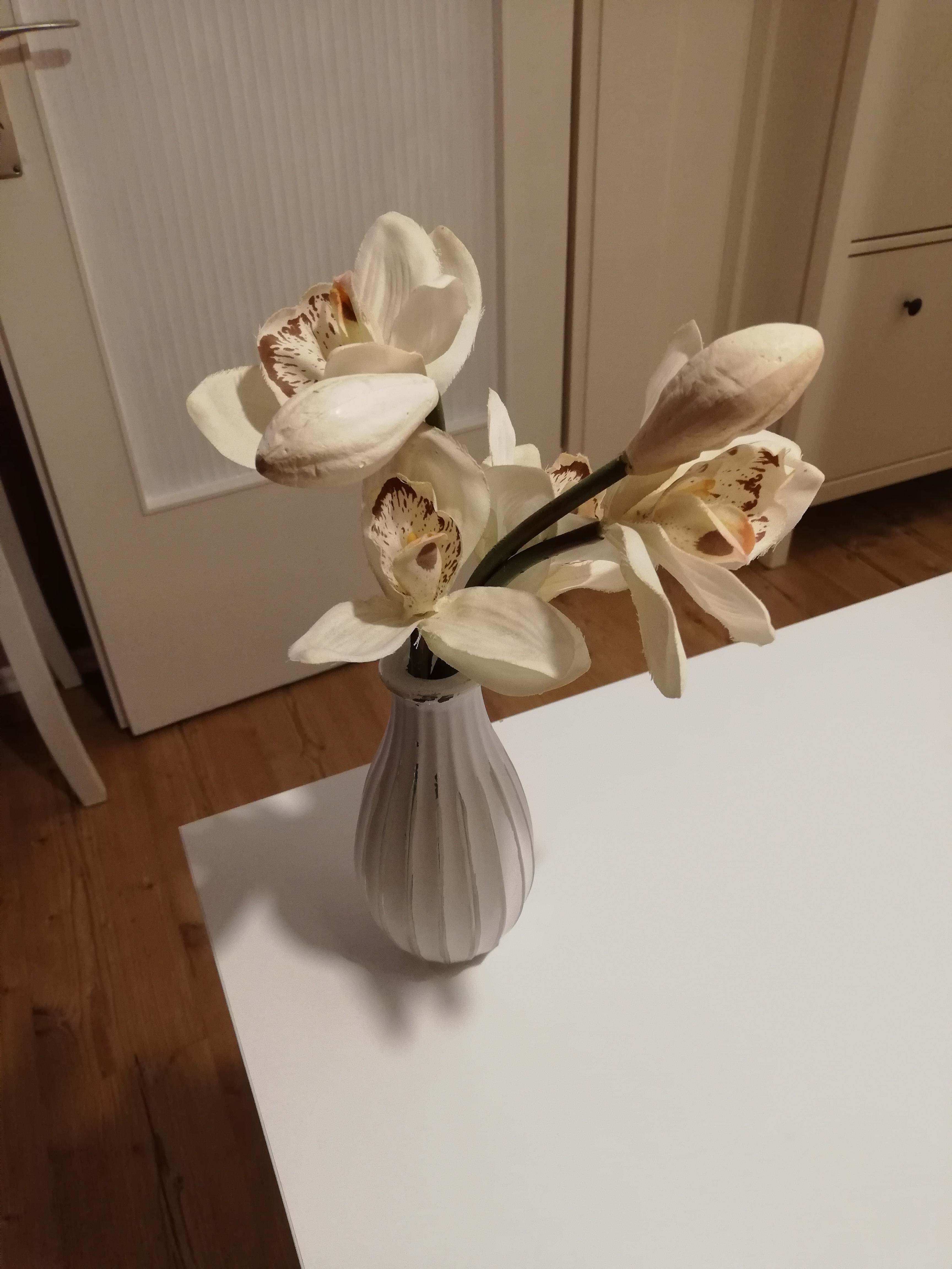 Vase mit Kunstblumen tauschen