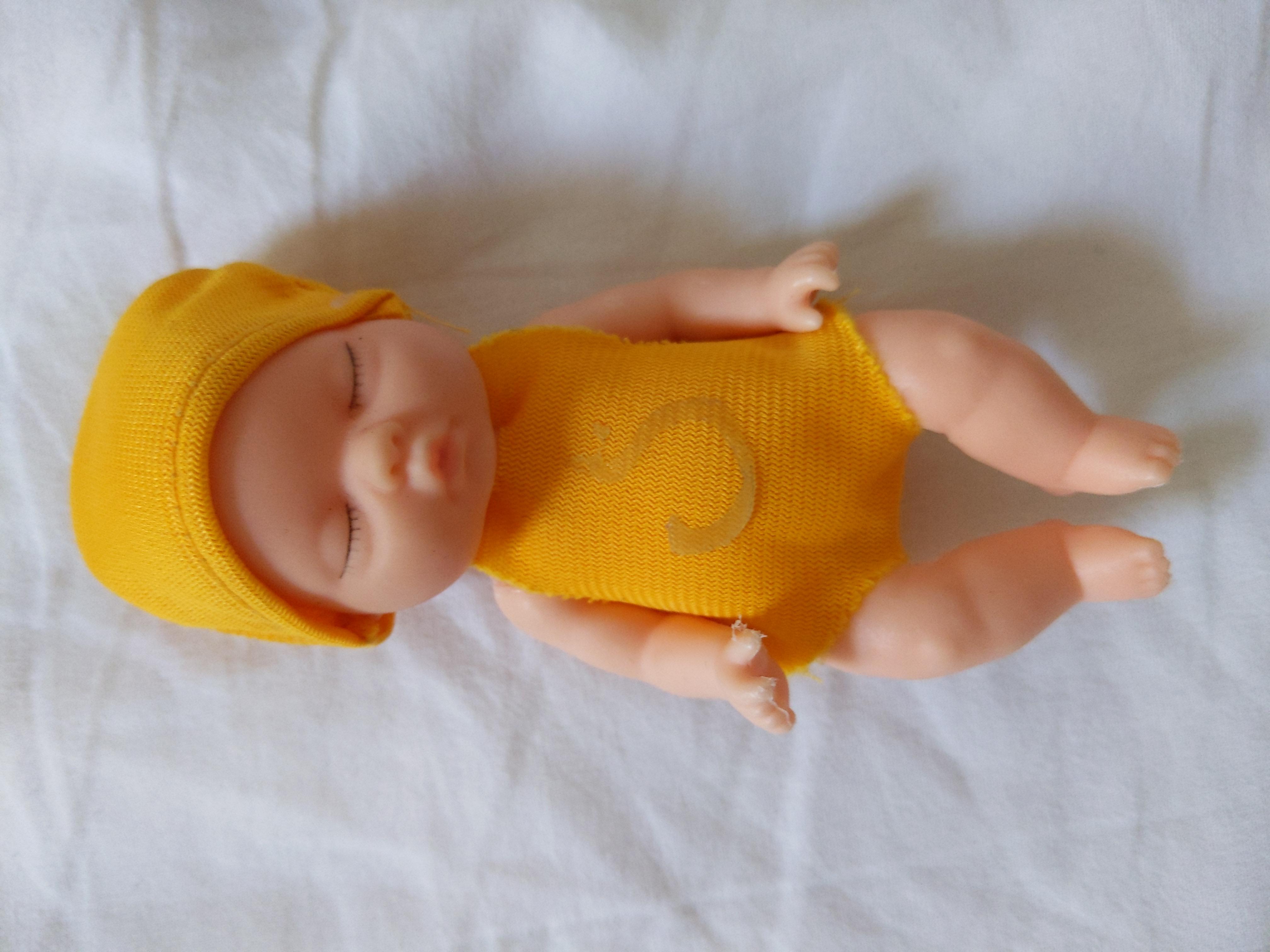 Kleine Puppe tauschen